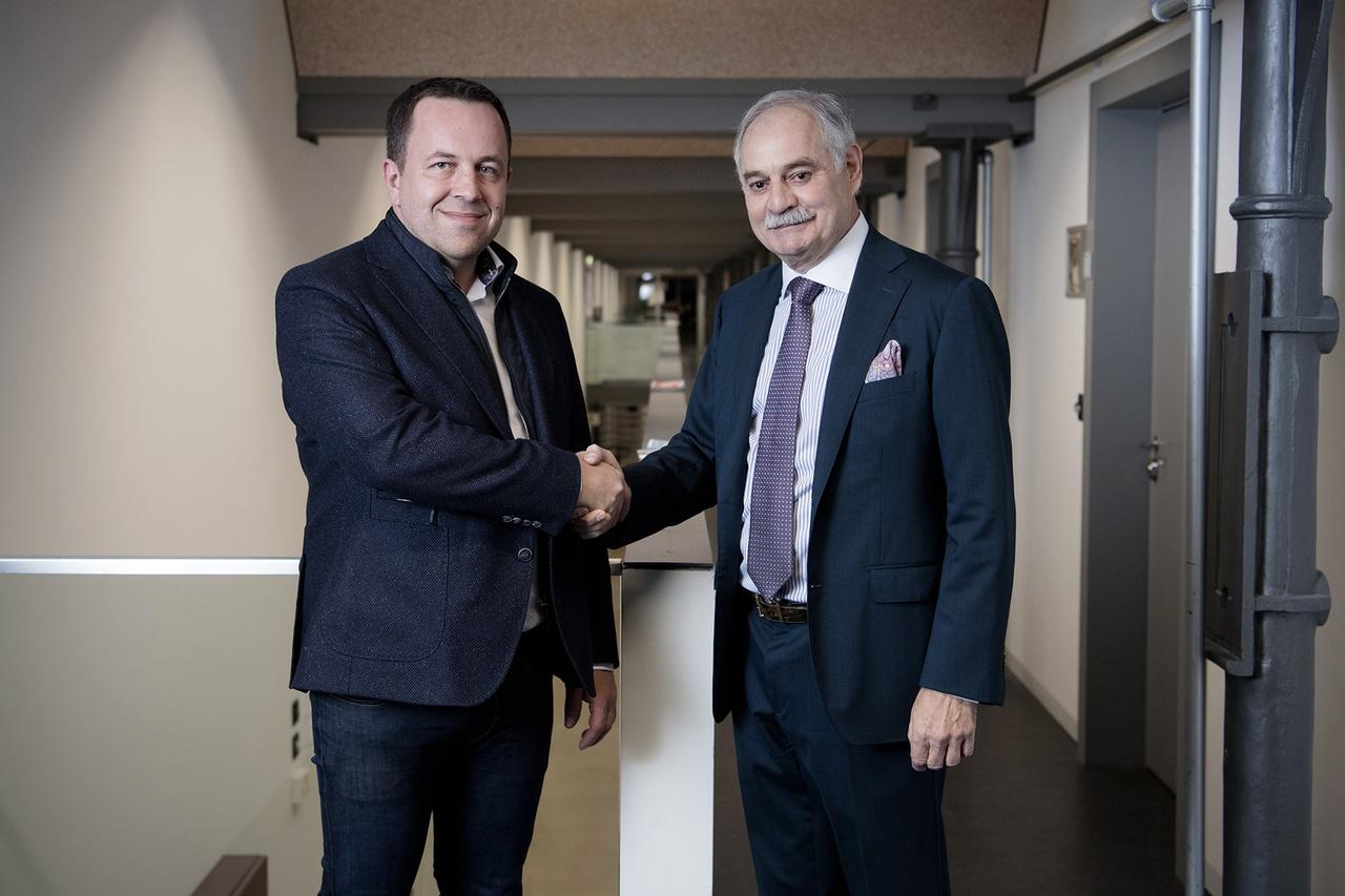 Edi Wögerer, CEO von Bank Frick, und Dr. Volker Rheinberger, Präsident des Universitätsrats der Universität Liechtenstein, besiegeln die Kooperation zum Thema Blockchain in Finance