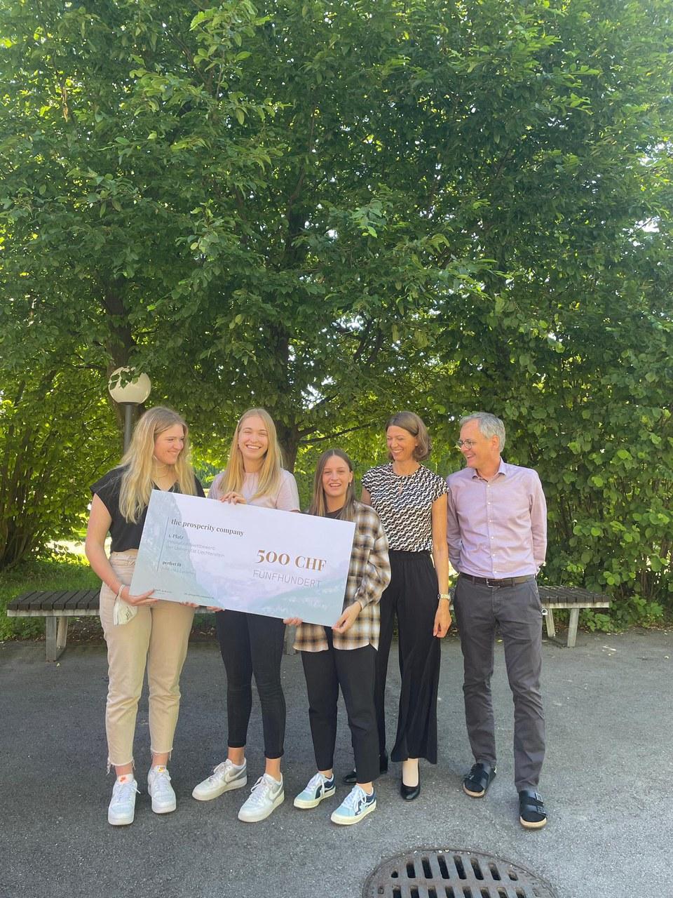 Preisträgerinnen Celine Moosbrugger, Leonie Kräutler und Antonia Justen, Lehrerin Manuela Nigsch und Rektor der Schule Johann Scheffknecht.