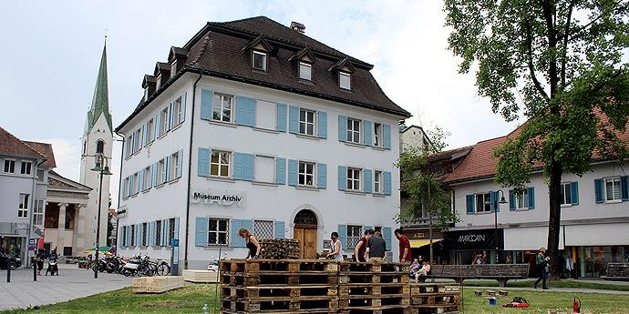 Kooperation der Universität Liechtenstein mit dem Stadtmuseum und Stadtarchiv Dornbirn: Architekturstudierende beginnen mit dem Aufbau für die Ausstellung «Inszenierte Wirklichkeit».
