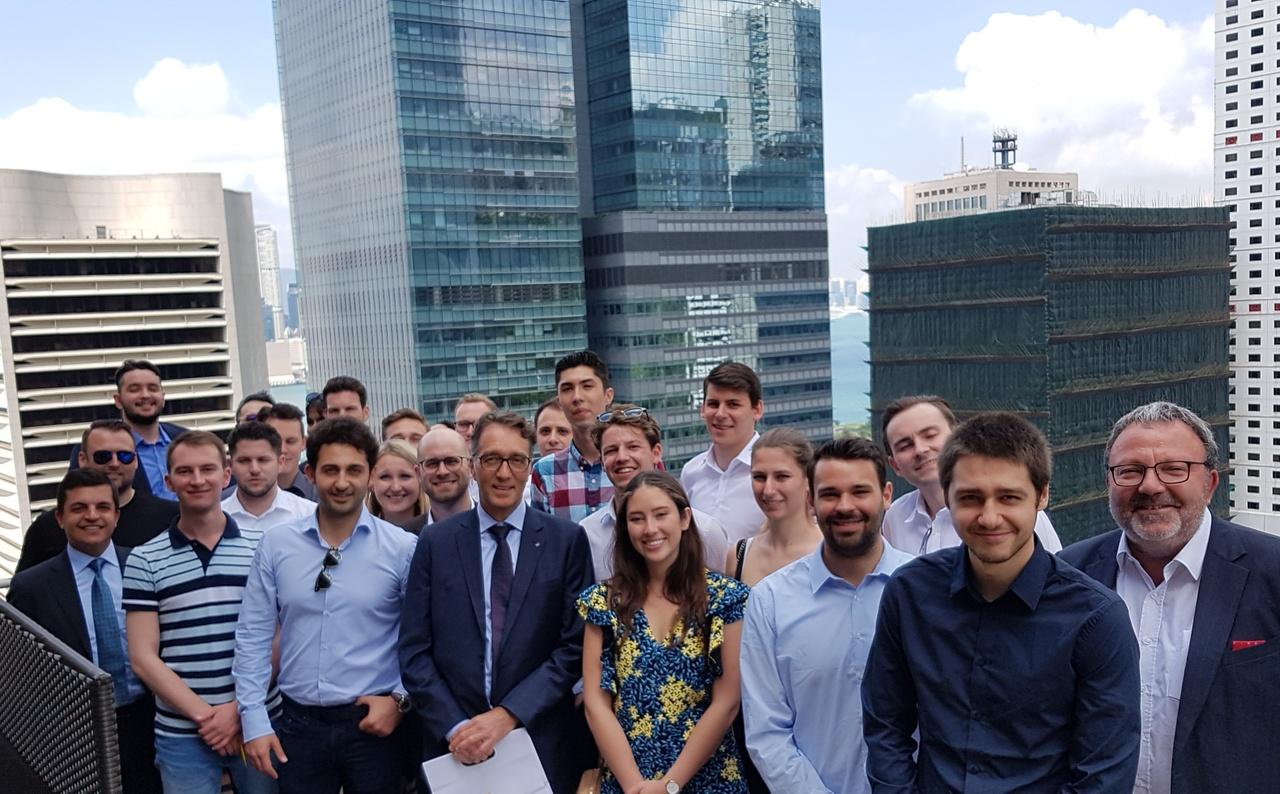 Studierende des MSc in Finance, Mitte Daniel Wanger, Managing Director, LGT Bank (Hong Kong), rechts Prof. Dr. Marco Menichetti, Universität Liechtenstein