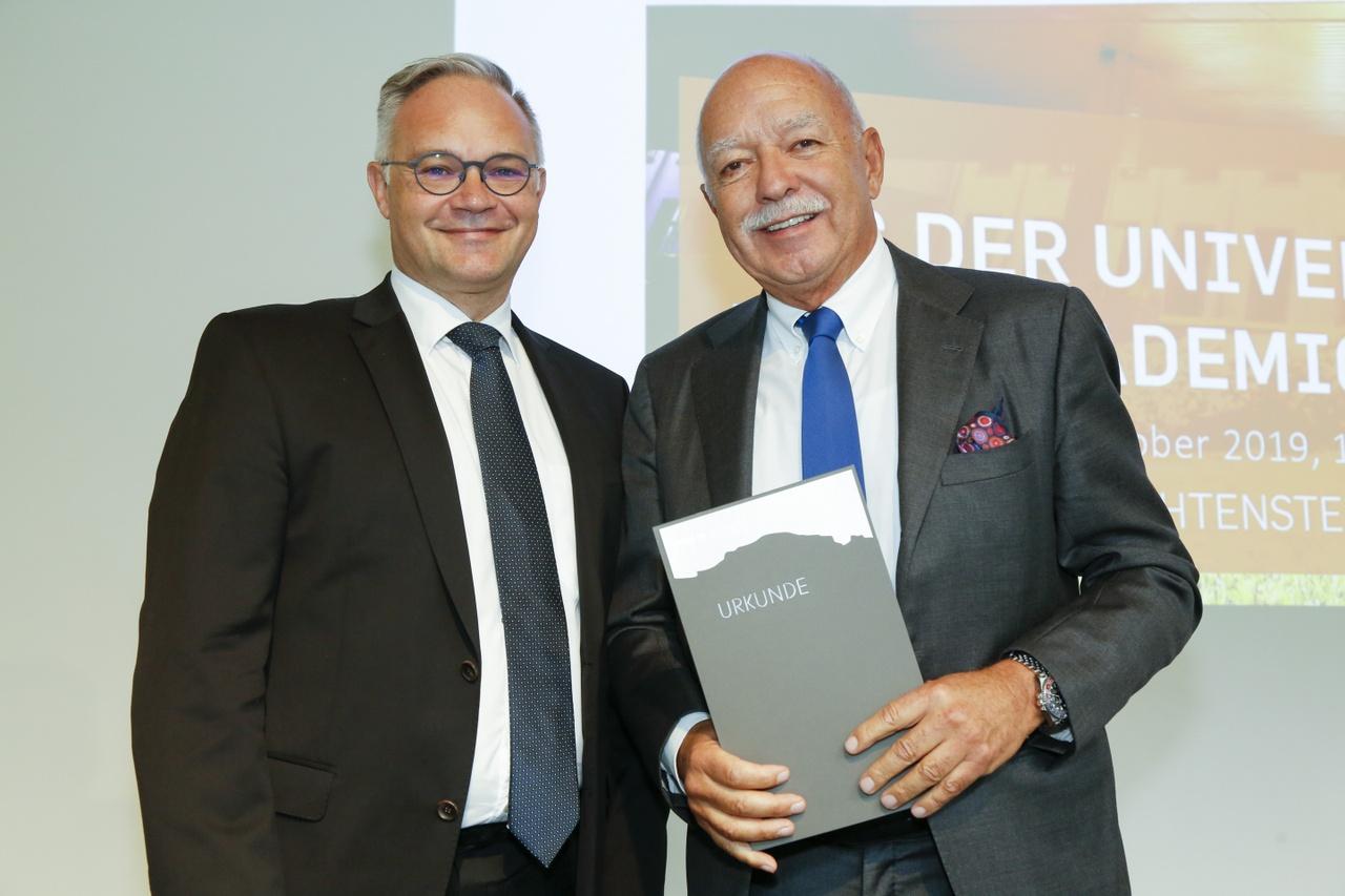 Dr. Klaus Tschütscher und der frisch ernannte Ehrensenator, Fürstlicher Kommerzienrat lic.oec. Michael Hilti (v.l.)